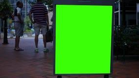 Πράσινη διαφήμιση οθόνης σε ένα πλαίσιο χάλυβα στη στο κέντρο της πόλης περιοχή φιλμ μικρού μήκους