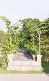 Πράσινη εκλεκτής ποιότητας αψίδα θάμνων σχεδίων στον κήπο Στοκ φωτογραφία με δικαίωμα ελεύθερης χρήσης