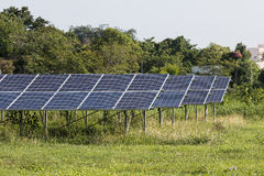 Πράσινη ενέργεια από το φως ήλιων ηλιακών κυττάρων Στοκ φωτογραφίες με δικαίωμα ελεύθερης χρήσης
