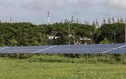 Πράσινη ενέργεια από το φως ήλιων ηλιακών κυττάρων Στοκ φωτογραφία με δικαίωμα ελεύθερης χρήσης