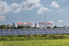Πράσινη ενέργεια από το φως ήλιων ηλιακών κυττάρων Στοκ Φωτογραφίες