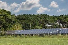 Πράσινη ενέργεια από το φως ήλιων ηλιακών κυττάρων Στοκ εικόνα με δικαίωμα ελεύθερης χρήσης