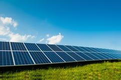 Πράσινη ενέργεια με τα ηλιακά πλαίσια υπαίθρια Στοκ Φωτογραφία