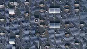 Πράσινη ενέργεια τεχνολογίας, ηλιακές σειρές eco στη στέγη του σπιτιού υπαίθρια, εναέρια άποψη απόθεμα βίντεο