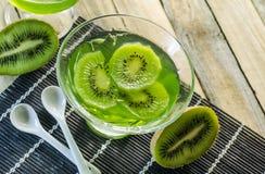 Πράσινη ζελατίνα επιδορπίων με τα φρούτα ακτινίδιων Στοκ Εικόνες