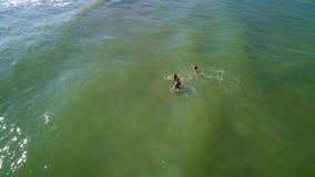 Πράσινη θάλασσα την οποία mom και τις κόρες κολυμπήστε απόθεμα βίντεο