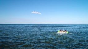 Πράσινη θάλασσα την οποία mom και τις κόρες κολυμπήστε φιλμ μικρού μήκους