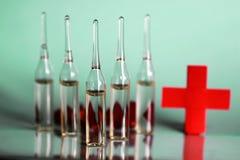 Πράσινη ιατρική σύριγγα φιαλλιδίων υποβάθρου Στοκ Εικόνες