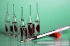 Πράσινη ιατρική σύριγγα φιαλλιδίων υποβάθρου Στοκ φωτογραφίες με δικαίωμα ελεύθερης χρήσης
