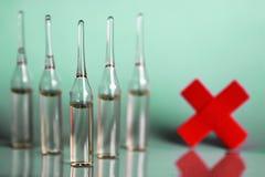 Πράσινη ιατρική σύριγγα φιαλλιδίων υποβάθρου Στοκ φωτογραφία με δικαίωμα ελεύθερης χρήσης