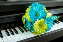 Πράσινη και μπλε ανθοδέσμη στο πιάνο στοκ εικόνες
