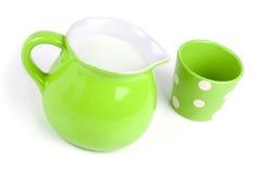 Πράσινη κανάτα με το γάλα στοκ εικόνες