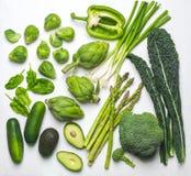 Πράσινη κατάταξη λαχανικών και χορταριών σε ένα άσπρο υπόβαθρο Επίπεδος βάλτε των πράσινων λαχανικών Στοκ φωτογραφία με δικαίωμα ελεύθερης χρήσης
