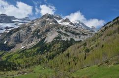 Πράσινη κοιλάδα στο βουνό cirque Gavarnie στοκ φωτογραφίες με δικαίωμα ελεύθερης χρήσης