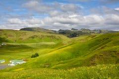 Πράσινη κοιλάδα κοντά σε Vik, Ισλανδία τη συννεφιάζω θερινή ημέρα Στοκ Εικόνες