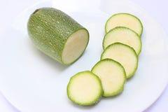 Πράσινη κολοκύνθη σε ένα άσπρο πιάτο στη τοπ άποψη Στοκ φωτογραφίες με δικαίωμα ελεύθερης χρήσης