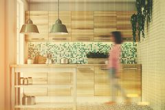 Πράσινη κουζίνα μωσαϊκών, ξύλινες κονσόλες που τονίζονται Στοκ φωτογραφία με δικαίωμα ελεύθερης χρήσης