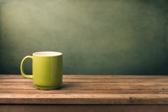 Πράσινη κούπα στον ξύλινο πίνακα Στοκ φωτογραφία με δικαίωμα ελεύθερης χρήσης