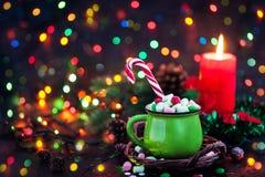 Πράσινη κούπα της καυτής σοκολάτας με marshmallows και του καλάμου καραμελών στο χ Στοκ εικόνες με δικαίωμα ελεύθερης χρήσης