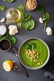 Πράσινη κρεμώδης σούπα σπανακιού κουνουπιδιών στο γκρίζο υπόβαθρο στοκ φωτογραφία με δικαίωμα ελεύθερης χρήσης