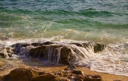 Πράσινη κυματωγή θαλάσσιου νερού πέρα από την πέτρα παραλιών Τροπική αφηρημένη εικόνα παραλιών νησιών Στοκ Εικόνες