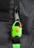 Πράσινη κλειδαριά στο φερμουάρ μιας τσάντας στοκ εικόνα