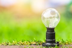 Πράσινη λάμπα φωτός ενεργειακής έννοιας στον τομέα χλόης στοκ φωτογραφία με δικαίωμα ελεύθερης χρήσης