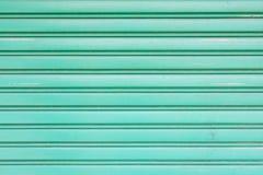 Πράσινη μεταλλική πόρτα παραθυρόφυλλων κυλίνδρων για την ταπετσαρία Στοκ εικόνα με δικαίωμα ελεύθερης χρήσης