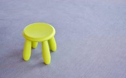 Πράσινη μικρή καρέκλα στο γκρίζο πάτωμα Στοκ εικόνες με δικαίωμα ελεύθερης χρήσης