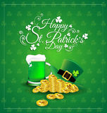 Πράσινη μπύρα με το καπέλο στο χρυσό νόμισμα για την ημέρα του ST Πάτρικ ` s ελεύθερη απεικόνιση δικαιώματος