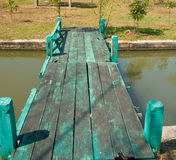 Πράσινη ξύλινη γέφυρα Στοκ Εικόνες