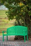 Πράσινη ξύλινη καρέκλα στον κήπο Στοκ εικόνα με δικαίωμα ελεύθερης χρήσης