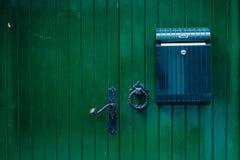 Πράσινη ξύλινη πόρτα με την ταχυδρομική θυρίδα Στοκ εικόνα με δικαίωμα ελεύθερης χρήσης