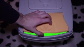 Πράσινη οθόνη μέσα σε ένα δοχείο απορριμμάτων απόθεμα βίντεο