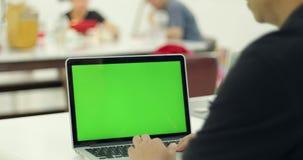 Πράσινη οθόνη φορητών προσωπικών υπολογιστών που τίθεται μπροστά από την ομάδα εργασίας φιλμ μικρού μήκους