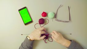 πράσινη οθόνη Χέρια του πλέκοντας μαλλιού ηλικιωμένων γυναικών φιλμ μικρού μήκους