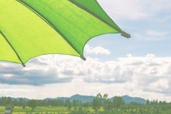Πράσινη ομπρέλα κάτω από τον ουρανό Στοκ εικόνες με δικαίωμα ελεύθερης χρήσης