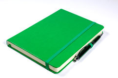 πράσινη πέννα σημειωματάριω&nu Στοκ Εικόνες