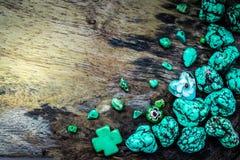 Πράσινη πέτρα στο ξύλινο πάτωμα για τη σύνθεση υποβάθρου Στοκ φωτογραφίες με δικαίωμα ελεύθερης χρήσης