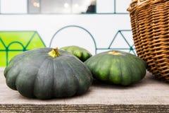 Πράσινη παν κολοκύνθη της Patty που επιδεικνύεται κατά τη διάρκεια της αγοράς αγροτών Φρέσκια βιο παν κολοκύνθη της Patty στο μαν Στοκ Φωτογραφίες