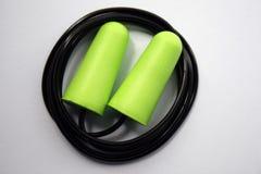 Πράσινη προστασία θορύβου earplug για την επαγγελματική ασφάλεια σε ένα άσπρο υπόβαθρο E στοκ εικόνες