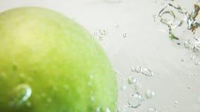 Πράσινη πτώση της Apple κάτω στο νερό φιλμ μικρού μήκους