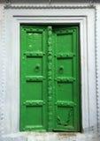 Πράσινη πόρτα στον άσπρο τοίχο, την άσπρη και πράσινη διακόσμηση σπιτιών Στοκ φωτογραφίες με δικαίωμα ελεύθερης χρήσης