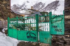 Πράσινη πύλη σιδήρου στο ushguli στοκ φωτογραφία