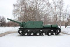 Πράσινη ρωσική δεξαμενή μάχης στο χειμερινό υπόβαθρο Στοκ εικόνα με δικαίωμα ελεύθερης χρήσης