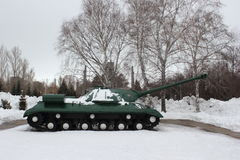 Πράσινη ρωσική δεξαμενή μάχης στο χειμερινό υπόβαθρο Στοκ Εικόνες