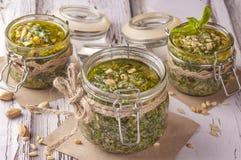 Πράσινη σάλτσα pesto στοκ εικόνα