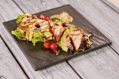 Πράσινη σαλάτα με τη σάλτσα χελιών, αβοκάντο και καρυδιών Στοκ φωτογραφίες με δικαίωμα ελεύθερης χρήσης