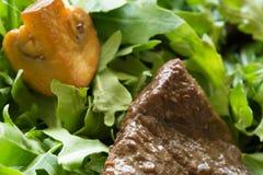 Πράσινη σαλάτα με το βόειο κρέας και το arugula Στοκ Φωτογραφία