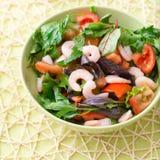 Πράσινη σαλάτα με τις ντομάτες και τις γαρίδες Στοκ Εικόνα